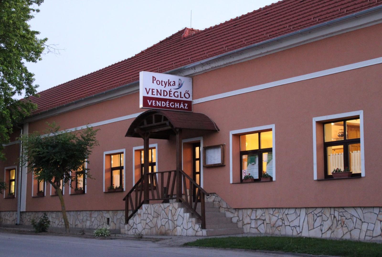 Vendéglőnk és vendégházunk Pellérden, a főút mellett található, Pécstől 10km-re
